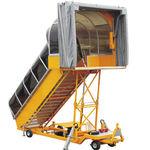 escalier d'embarquement tracté / avec auvent / électrique / pour avion