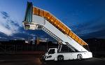 Escalier d'embarquement autotracté / avec escalator / pour avion RUNWAY2458Cd VIP TIPS D.O.O.