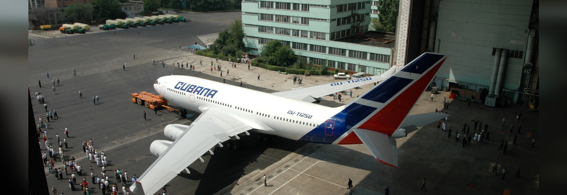 The first Cubana Ilyushin Il-96-300 rolls out of VASO's assembly hall in Voronezh, Russia, in 2005. (Photo: Vladimir Karnozov)