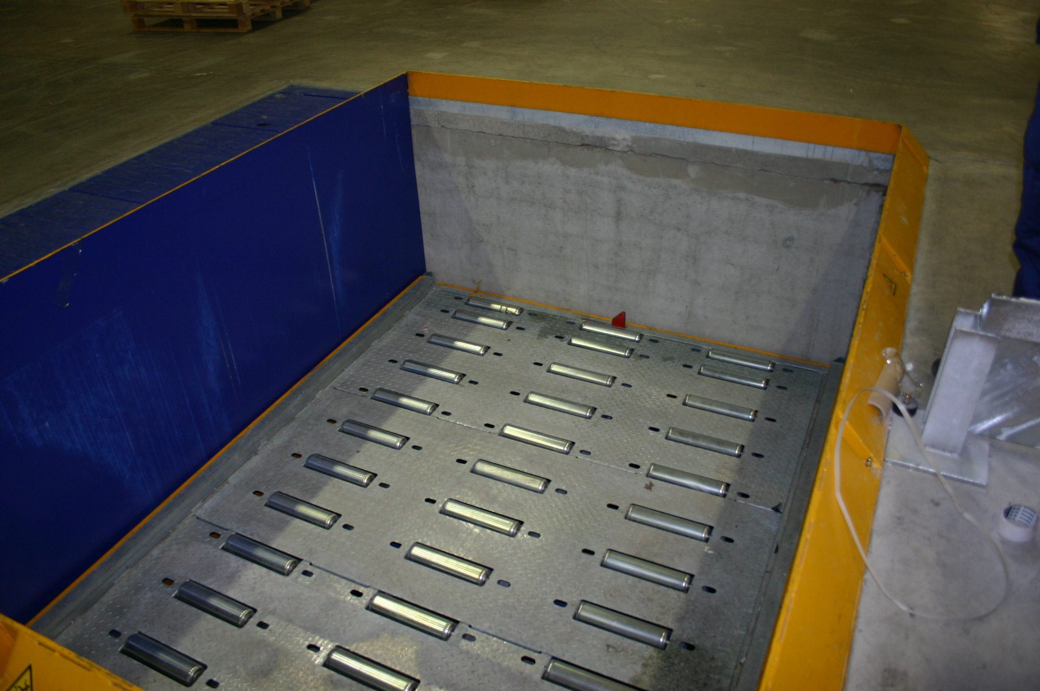 Scissor lift table / for airports - Build-up Break-down Workstation