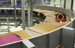 tilt-tray sorter / for baggage / for airports