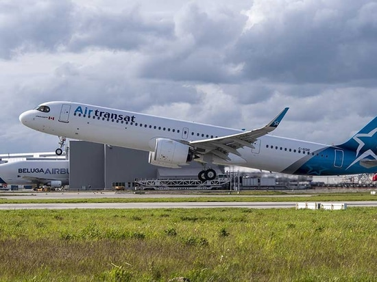 The first Air Transat Airbus A321LR takes off from Toulouse-Blagnac Airport in France. (Photo: Airbus)