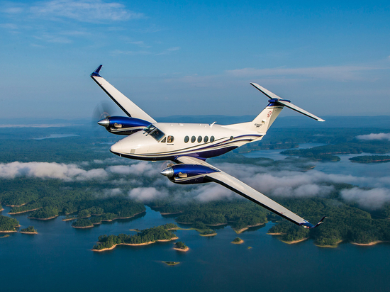 The King Air 260 features autothrottles and a digital pressurization controller—and a range of 1,720 nm.