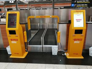セルフサービス自動手荷物預け機 / カ-ド支払システム付 / パスポートリーダー付 / バーコードリーダー付き