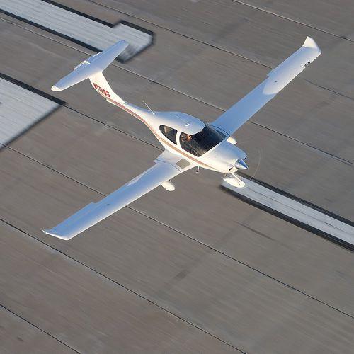 pequena aeronave de 4 lugares